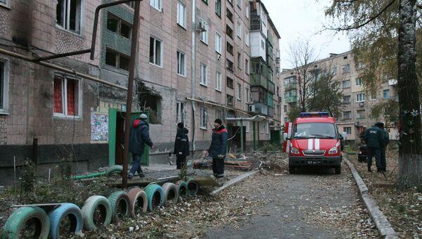Сотрудники МЧС и коммунальных служб у жилого дома, пострадавшего в результате обстрела украинскими силовиками, в Макеевке