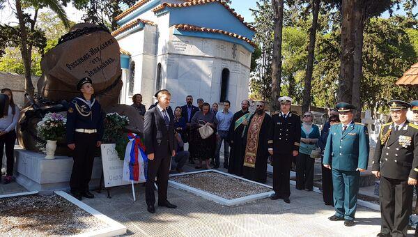 Матросы и офицеры сторожевого корабля Сметливый возложили венок и цветы к памятнику русским морякам на кладбище в Пирее
