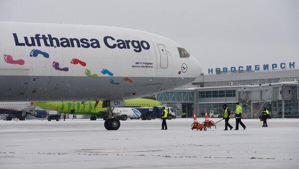 Прибытие первого рейса авиакомпании Lufthansa Cargo в аэропорт Толмачево в Новосибирске. 31 октября 2016