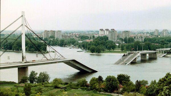 Разрушенный в результате авиаударов НАТО мост в городе Нови-Сад, Югославия. Май 1999