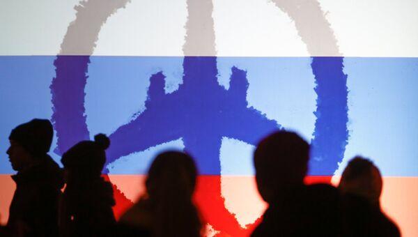 Участники памятных мероприятий по случаю годовщины катастрофы российского лайнера А321 над Синаем в Санкт-Петербурге на Дворцовой площади. Архивное фото