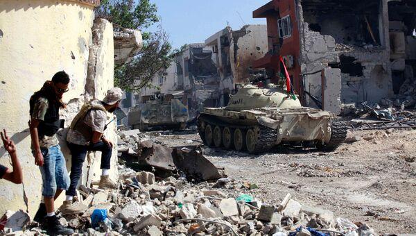 Бойцы ливийских сил во время боя с боевиками Исламского государства в Сирте, Ливия. 31 октября 2016