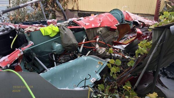 Обломки вертолета, упавшего на крышу частного жилого дома, в Адлерском районе Сочи. Архивное фото