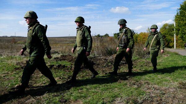 Бойцы подразделений ДНР в селе Петровское во время отвода сил