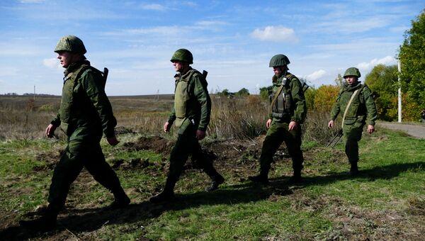 Бойцы подразделений ДНР в селе Петровское во время отвода сил. 7 октября 2016