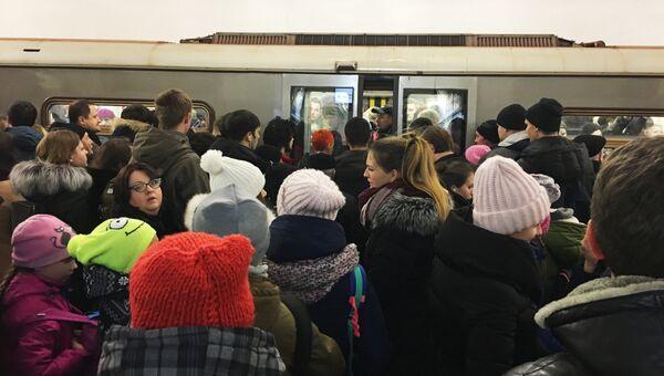 Пассажиры возле вагона метро. Архивное фото