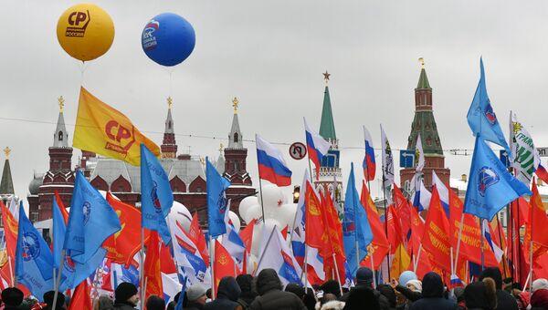 День народного единства символизирует главный принцип: быть вместе - значит быть сильными, развиваться и добиваться успехов, подчеркнул премьер-министр Дмитрий Медведев, поздравляя россиян с праздником.