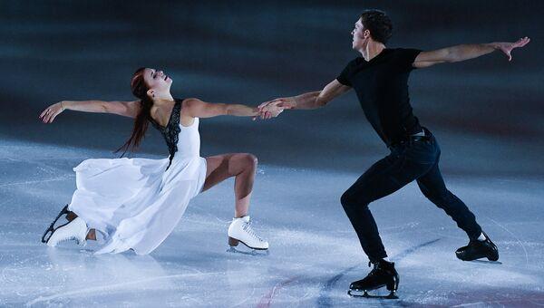 Екатерина Боброва и Дмитрий Соловьев, занявшие 1-е место в танцах на льду, во время показательных выступлений на III этапе Гран-при по фигурному катанию в Москве