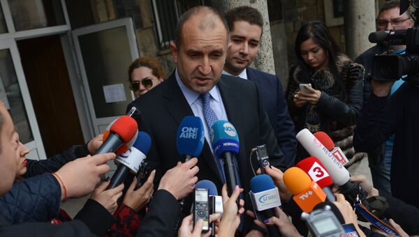 Кандидат в президенты Болгарии Румен Радев на избирательном участке в Софии. Архивное фото.