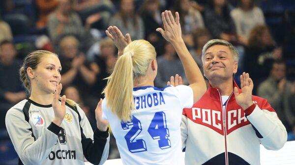 Гандболистка Ирина Близнова (в центре) и президент Федерации гандбола России Сергей Шишкарев