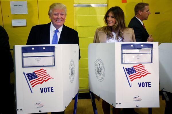 Кандидат в президенты США Дональд Трамп и его супруга Меланья Трамп на избирательном участке в Нью-Йорке