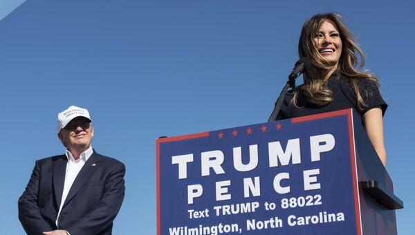 Мелания Трамп и ее муж Дональд Трамп во время митинга в международном аэропорту Уилмингтон, штат Северная Каролина