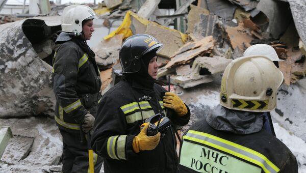 Сотрудники МЧС на месте обрушения кровли на заводе имени Калинина в Екатеринбурге