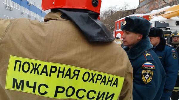 Сотрудники МЧС на месте обрушения кровли на заводе имени Клинина в Екатеринбурге