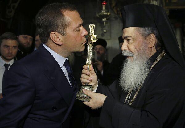Дмитрий Медведев во время посещения храма Гроба Господня в Иерусалиме. 10 ноября 2016