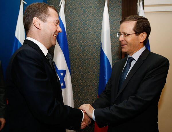 Председатель правительства РФ Дмитрий Медведев и лидер оппозиции в кнессете Израиля Ицхак Герцог во время встречи в рамках официального визита Д. Медведева в Израиль