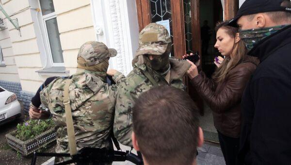 Сотрудники ФСБ доставили украинских диверсантов в Ленинский районный суд Севастополя