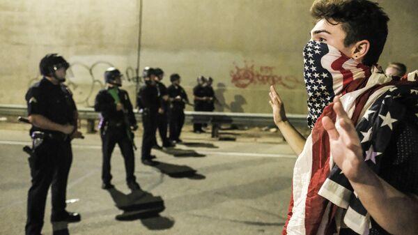 Участник акции протеста против избранного президента США Дональда Трампа в Лос-Анджелесе