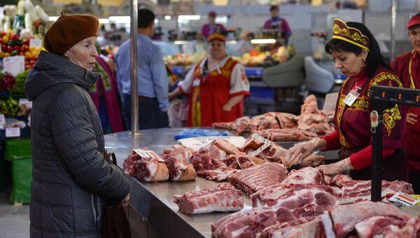 Покупательница выбирает мясо. Архивное фото