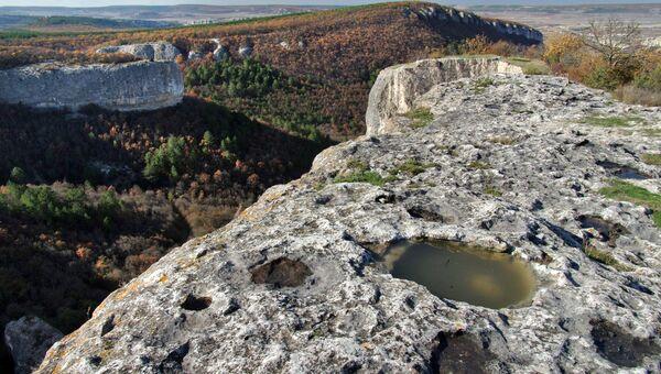 Скалистый мыс Кале-Бурун (Бурун-Кая) массива Курушлю в Бахчисарайском районе Крыма