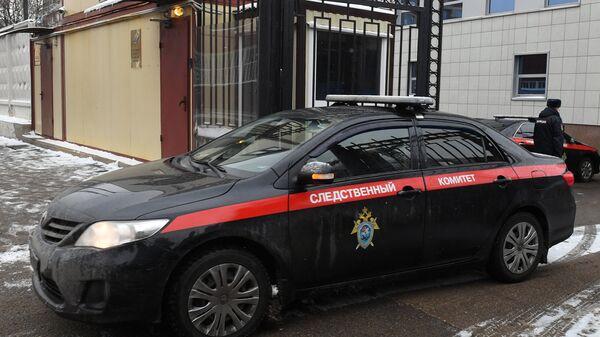 Автомобиль Следственного комитета РФ выезжает со служебной территории