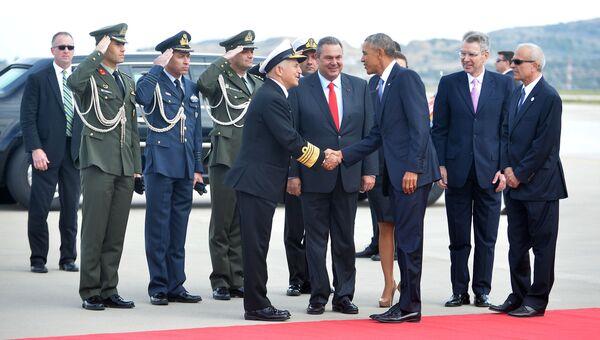 Встреча президента США Обамы в аэропорту Афин министром национальной обороны Греции Паносом Камменосом