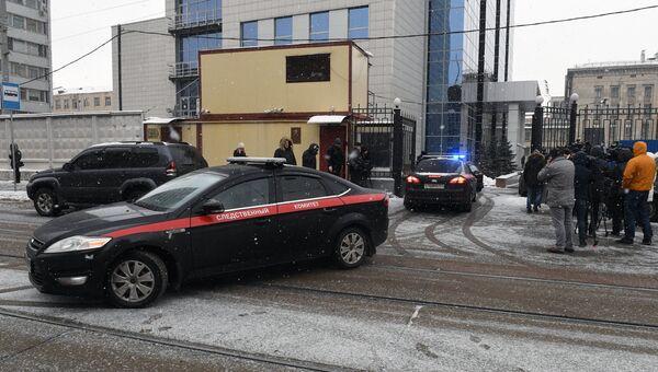 Автомобили Следственного комитета РФ у здания Следственного комитета РФ в Москве