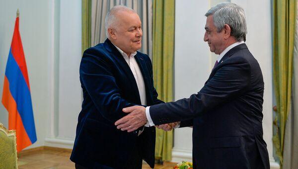 Президент Армении Серж Саргсян и генеральный директор российского международного информационного агентства Россия сегодня Дмитрий Киселёв