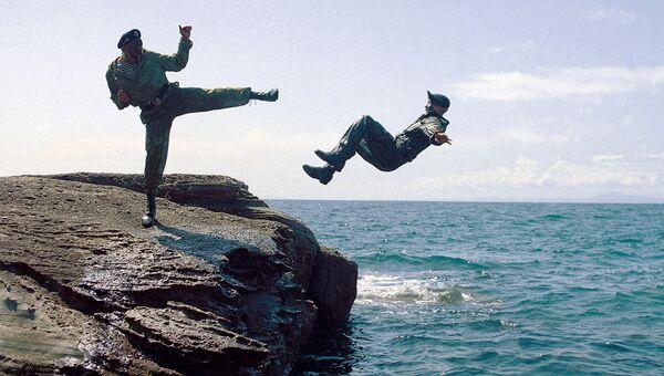 Тренировка морских пехотинцев на острове Русский