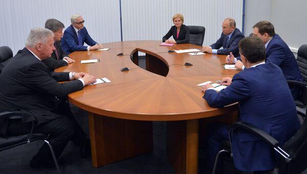 Президент РФ Владимир Путин во время встречи в Москве с генеральным директором Международной организации труда (МОТ) Гаем Райдером. 22 ноября 2016