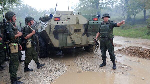 Служащие российской военной базы в городе Гудаута Республики Абхазия во время тактических учений