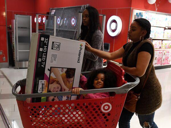 Покупатели с тележкой во время распродажи в Черную пятницу в Калвер-Сити, штат Калифорния, США