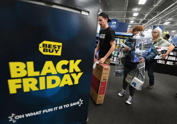 Покупатели в очереди во время распродажи в Черную пятницу в Калвер-Сити, штат Калифорния, США