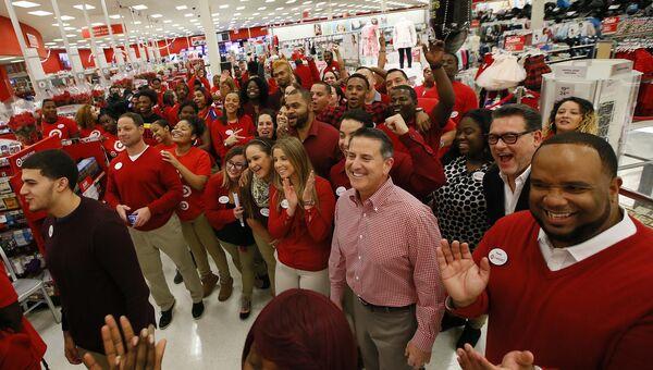 Исполнительный директор Target Брайан Корнелл с сотрудниками магазина перед началом продаж в Черную пятницу в Джерси-Сити, Нью-Джерси, США