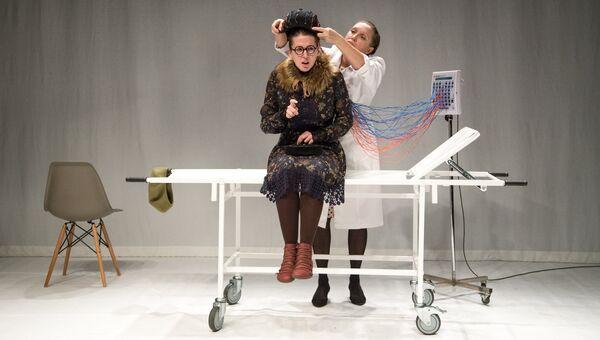 Сцена из спектакля Человек, который принял жену за шляпу в Театре им. Маяковского