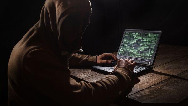Хакер за компьютером. Архивное фото
