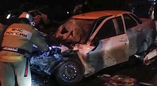 Сотрудники МЧС России на месте дорожно-транспортного происшествия на федеральной трассе Кавказ в Чечне