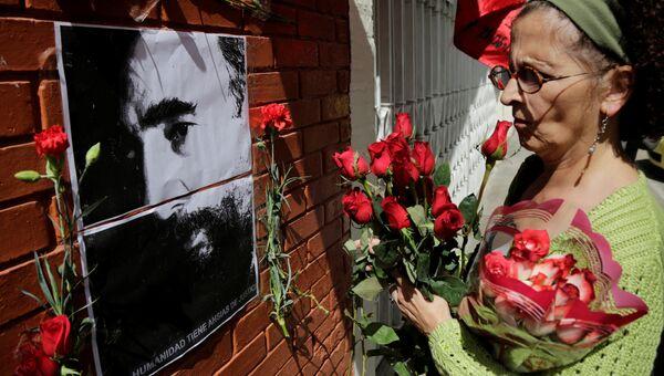Жители Гватемалы несут цветы к посольству Кубы в память о Фиделе Кастро