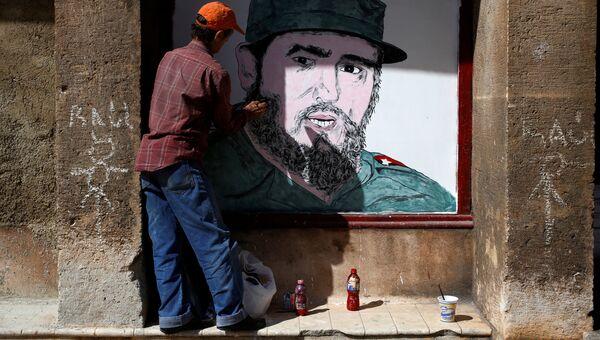 Художник рисует портрет Фиделя Кастро в центре Гаваны
