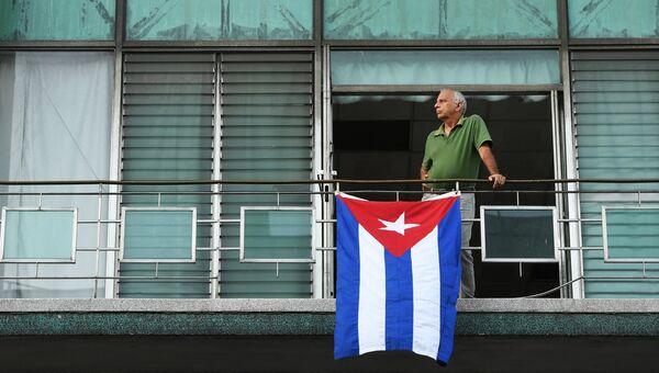 Кубинец на балконе дома на одной из улиц Гаваны