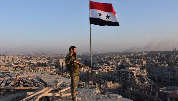 Военный сирийской армии на крыше здания в Алеппо. 28 ноября 2016