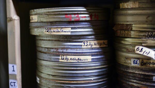 Коробки с мультфильмами в фильмотеке киностудии Союзмультфильм. Архивное фото