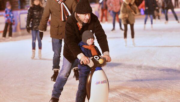 Посетители на открытии 11-ого сезона ГУМ-Катка на Красной площади в Москве