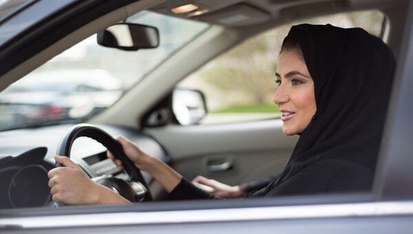 Женщина в хиджабе за рулем автомобиля