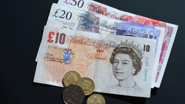 Купюры и монеты фунтов разного номинала. Архивное фото