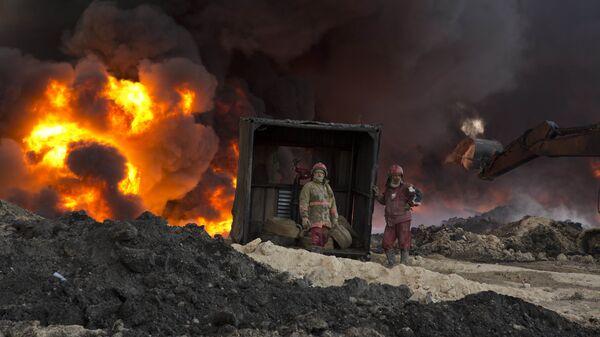 Пожарные в городе Каяра, Ирак
