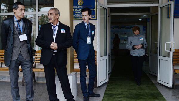 У избирательного участка в Ташкенте во время выборов президента Узбекистана