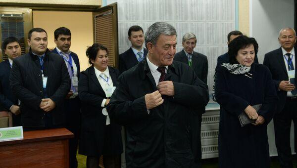 Лидер Социал-демократической партии Адолат (Справедливость) Наримон Умаров (в центре) голосует на избирательном участке во время выборов президента Узбекистана