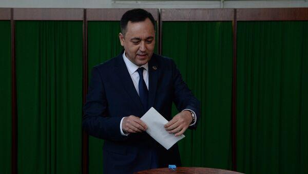 Кандидат от Национально-демократической партией Миллий тикланиш (Национальное возрождение, вице-спикер нижней палаты парламента Сарвар Отамурадов голосует на избирательном участке во время выборов президента Узбекистана