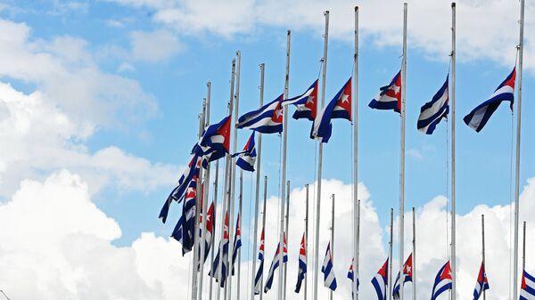 Государственные флаги Республики Куба, приспущенные в знак траура по скончавшемуся 25 ноября 2016 года лидеру кубинской революции Фиделю Кастро, в городе Сантьяго-де-Куба